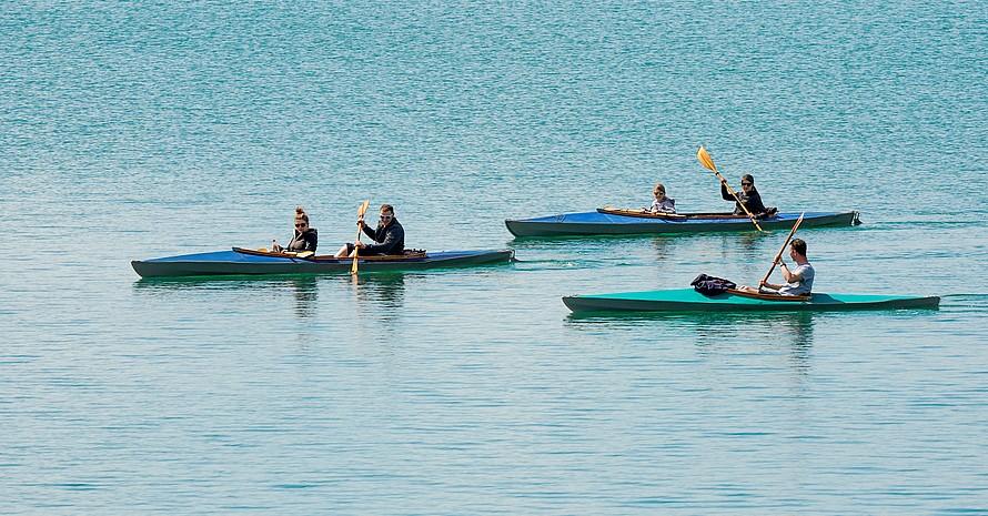 Paddler auf dem Markkleeberger See bei Leipzig  unternehmen einen Frühlingsausflug. Foto: picture-alliance