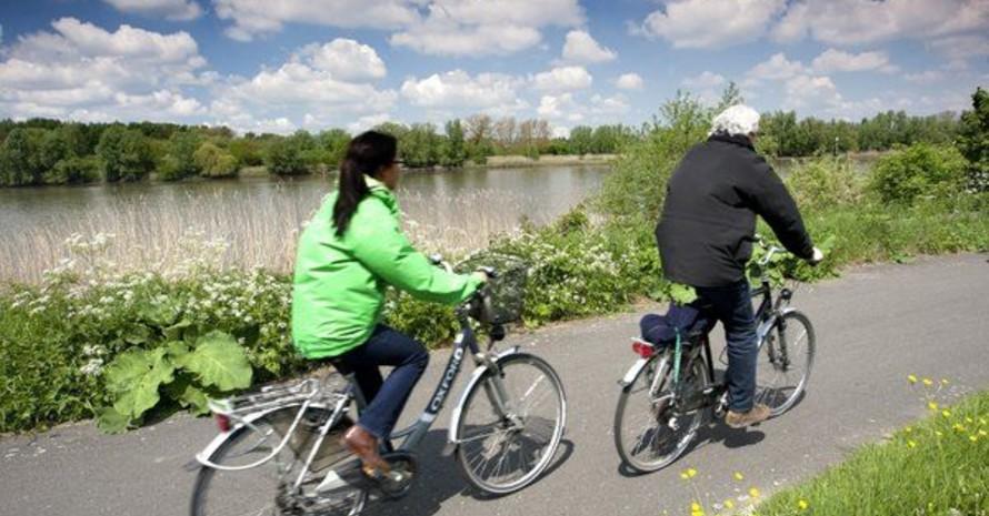 Radfahren zählt zu den sportlichen Betätigungen, die Sportärzte Patienten mit künstlichen Knie- oder Hüftgelenken empfehlen können. Foto: picture-alliance