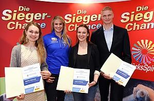 Natalie Geisenberger (2.v.li) gratuliert (v.li) Sofie Paulus (Sportklettern), Lena Stückl (Segeln) und Oliver Zeidler (Rudern), die ein Stipendium im Wert von jeweils 2.500 Euro erhielten. Foto: Lotto Bayern/Reisp