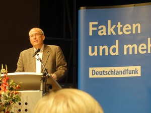DOSB-Generaldirektor Michael Vesper spricht im Deutschlandfunk in Köln vor Sportjournalisten. Foto: DOSB