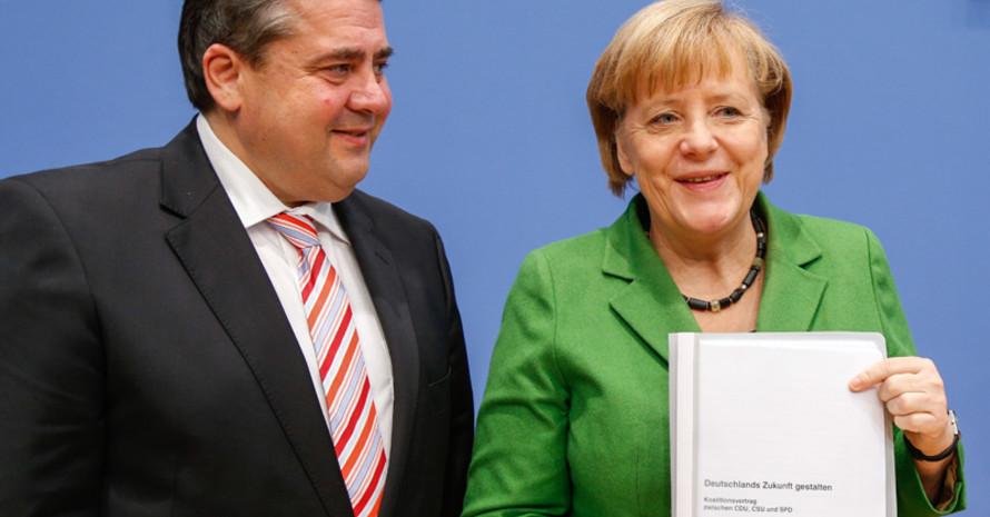 Bundeskanzlerin Angela Merkel und der SPD-Vorsitzende Sigmar Gabriel präsentieren den Koalitionsvertrag. Foto: picture-alliance
