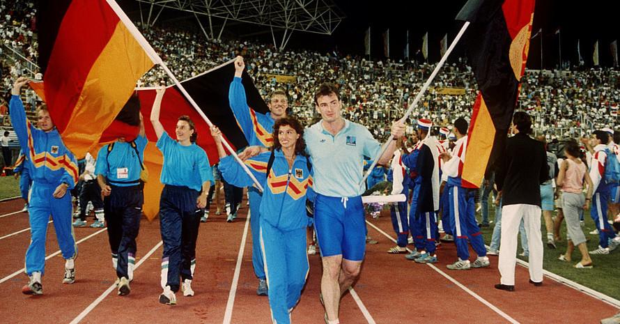 Hürdenläuferin Gabi Lippe (West) und Kugelstoßer Ulf Timmermann (Ost) laufen bei der Schlussfeier der Leichtathletik-Europameisterschaft 1990 in Split gemeinsam ins Stadion ein. Foto: picture-alliance