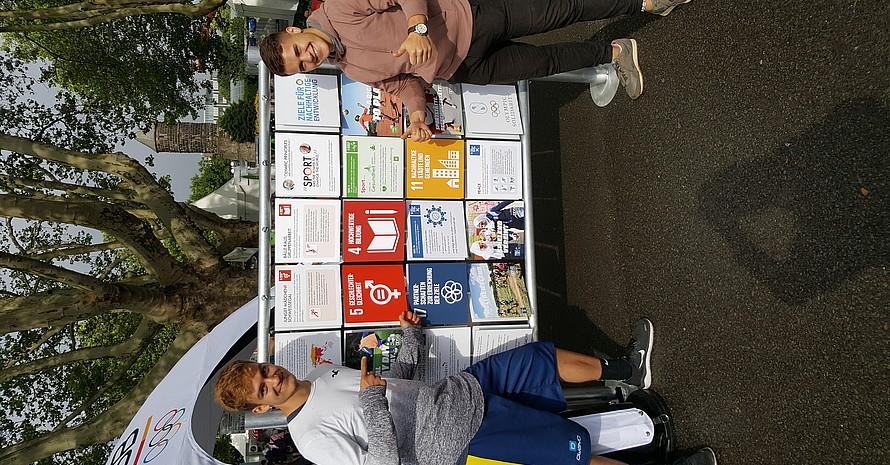 """Die """"weltwärts""""-Freiwilligen Paul und Sandro an der DOSB-Memorywand © DOSB"""