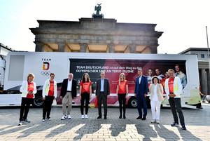 Vertreter von Politik, DOSB und Team D gemeinsam zum Auftakt der Roadshow vor dem Brandenburger Tor in Berlin. Foto: Team D-Fotograf Frank May / picture alliance