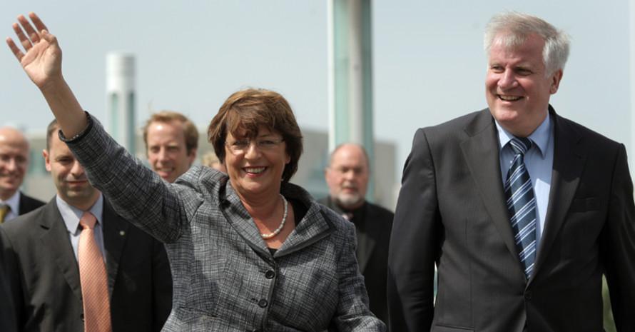 Ulla Schmidt und Horst Seehofer kamen zu Fuß zur Vorstellung des Aktionsplans. Copyright: picture-alliance