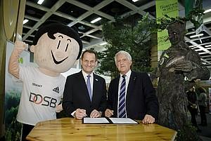"""DOSB-Präsident Alfons Hörmann und DFWR-Präsident Georg Schirmbeck (rechts) haben in Berlin unter dem Titel """"Wald.Sport.Bewegt"""" eine Kooperationsvereinbarung abgeschlossen. Foto: DFWR"""