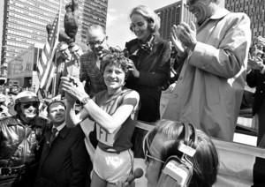 Liane Winter wird in Boston gefeiert, nachdem sie 1975 als erste deutsche Frau den dortigen Marathonlauf gewann. Foto: picture-alliance