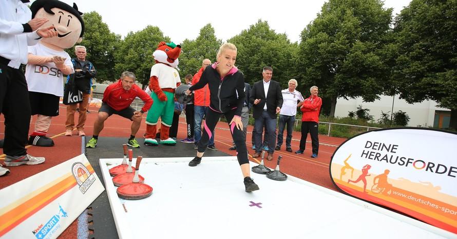"""Miriam Höller und das Team DOSB sicherten sich den Sieg im Promiwettbewerb """"Eisstockschießen"""". Foto: Treudis Naß"""