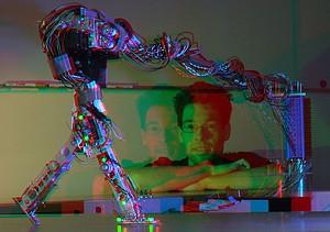 """Der Roboter """"JenaFox""""  absolviert einen """"Trainingsmarsch"""" im Lauflabor der Friedrich-Schiller-Universität Jena. Foto: picture-alliance"""