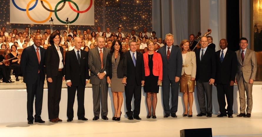 Bach (mitte) und Rogge (4.v.li.) im Kreis ehemaliger und aktueller Mitglieder der IOC-Athletenkommission