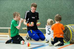 Ehrenamtliche Übungsleiter im Sport vermitteln Kindern während der Spieleinheiten ganz nebenbei auch demokratische Verhaltensweisen . Foto: LSBNRW