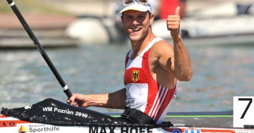 Max Hoff feiert seinen Sieg im 5000m Rennen bei den 39. Kanu-Weltmeisterschaften in Szeged (Ungarn) am 21. August 2011. Foto: picture-alliance