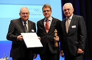 Hans-Peter Krämer (li.) und Walter Schneeloch (re.) überreichen Peter Terwiesch den Preis Pro Ehrenamt und die Urkunde. Foto: Frank May