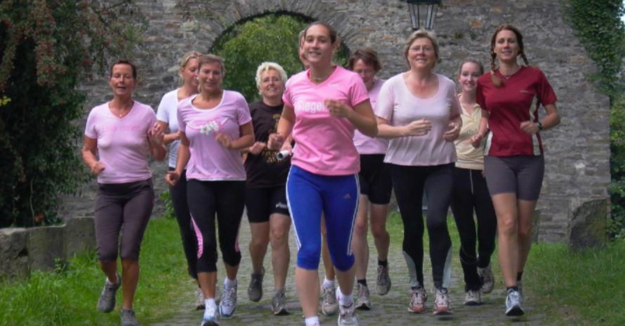 """Schon von weitem an ihren rosa T-Shirts zu erkennen, die Läuferinnen der Initiative """"Lola rennt""""."""