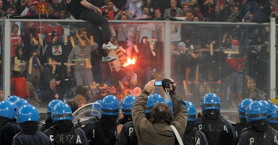 Randalierende serbische Hooligans hielten am 13. Oktober 2010 in Genua die Polizei und friedliche Fußball-Fans in Atem. Copyright. picture-alliance