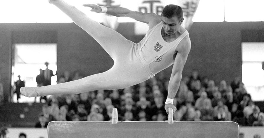 Willi Jaschek, aufgenommen am 24.6.1966 bei den deutschen Meisterschaften in Offenbach bei seiner Übung am Seitpferd, die mit 18,80 Punkten gewertet wurde. Foto: picture-alliance