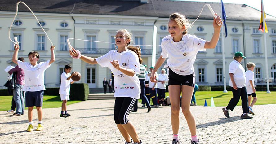 Seilspringen war eine Sportabzeichen-Disziplin, die im Garten des Amtssitzes des Bundespräsidenten abgelegt werden konnte. (Foto: Robert Schlesinger)