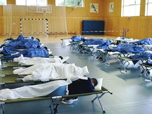 Eine Sporthalle wird zur Flüchtlingsunterkunft. Foto: picture-alliance