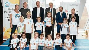 Gesprächsteilnehmer mit Kindern aus dem Kinderturnen. Letzte Reihe mit Singa Gätgens, Johannes B. Kerner, Jan Holze, Peter Lang, Dr. Alfons Hölzl und Kerstin Holze (v.l.) | Bildquelle: picture alliance/ Jan Haas