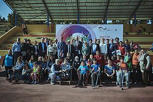 """Durch Sport verbunden: Die Teilnehmenden des integrativen Sportfestes im Rahmen der offiziellen Übergabe der """"Sport für Entwicklung""""-Manuale ©DOSB"""