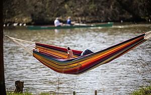 Nach körperlicher Aktivität ist Entspannen und Relaxen angesagt. Man sollte es aber nicht übertreiben. Foto: picture-alliance