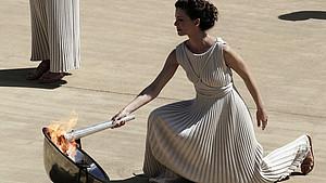 Die Olympische Flamme wird traditionell mit einem Hohlspiegel und den Strahlen der Sonne entzündet. Foto: picture-alliance