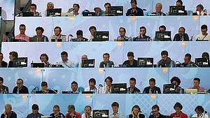 Sportjournalisten sitzen auf einer Pressetribüne und berichten von einem Fußballspiel bei der WM in Russland. Foto: picture-alliance