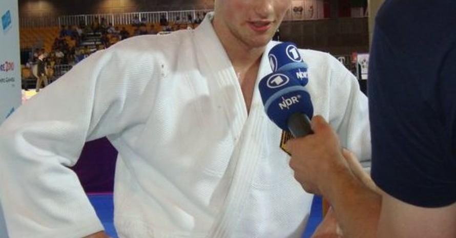 Marius Piepke erläutert dem Norddeutschen Rundfunk (NDR) seinen Bronze-Fight. Foto: Deutsche Jugend-Olympiamannschaft