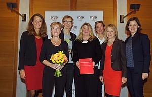 2018 ging der Preis an den Landessportbund Nordrhein-Westfalen (v.li.): Bettina Martin (Landesvertretung Mecklenburg-Vorpommern), Dr. Eva Selic, Dr. Brigit Palzkill, Dorota Sahle (Landessportbund NRW), Steffi Nerius (Laudatorin), Dr. Petra Tzschoppe (DOSB), Juliane Seifert (BMFSFJ); Foto: DOSB/Camer4