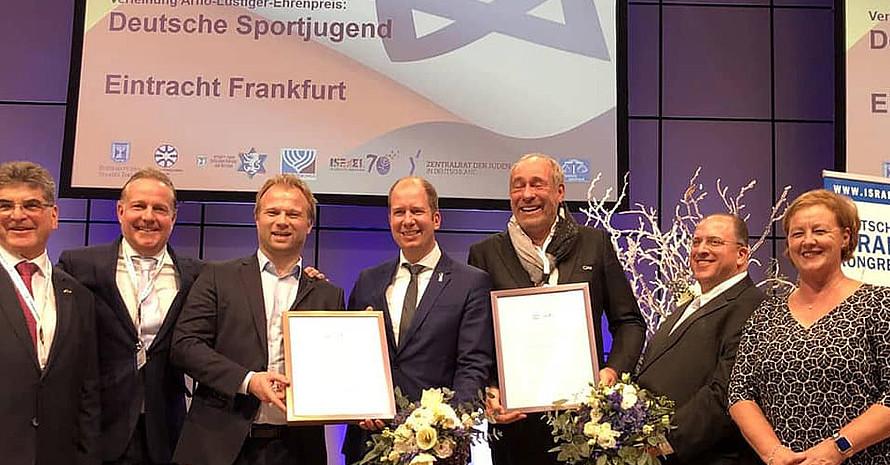 Benny Folkmann (3.v.l.) und Jan Holze (4.v.l.) nehmen für die dsj den Arno-Lusitger-Preis entgegen. Foto: dsj