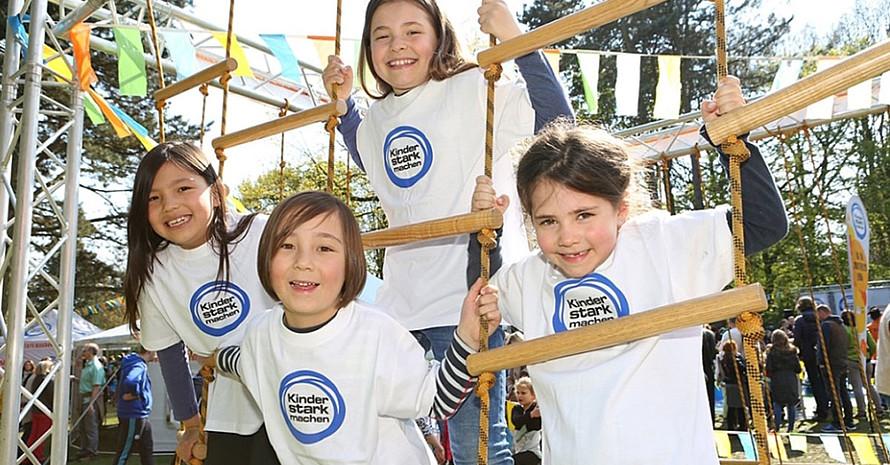 Kinder haben Spaß an der Mitmachstationen  Niedrigseilgarten. Foto: Carsten Kobow/BZgA