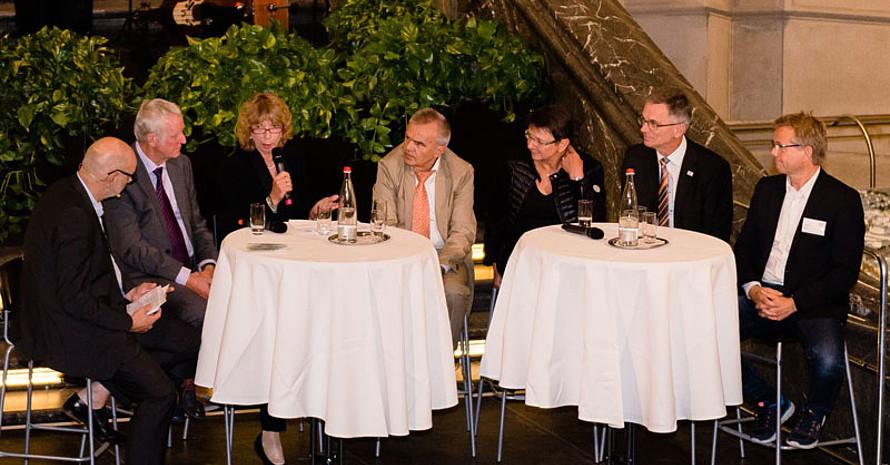 Podiumsrunde zu Entwicklungen der DOSB-Lizenzausbildung mit Moderator Andreas Kuhnt, Erich Krauß, Gudrun Doll-Tepper, Horst Knobloch, Karin Bertram, Thomas Behr und Ralf Sygusch (v.l.).