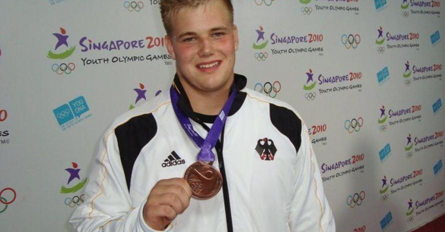 Dennis Lewke mit Bronzemedaille zum Interview, Foto: Deutsche Jugend-Olympiamannschaft