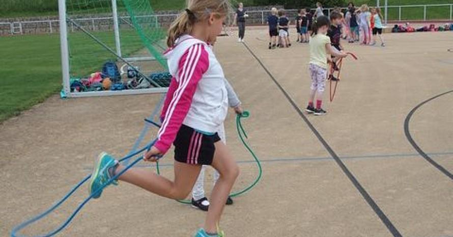 Mädchen beim Seilspringen