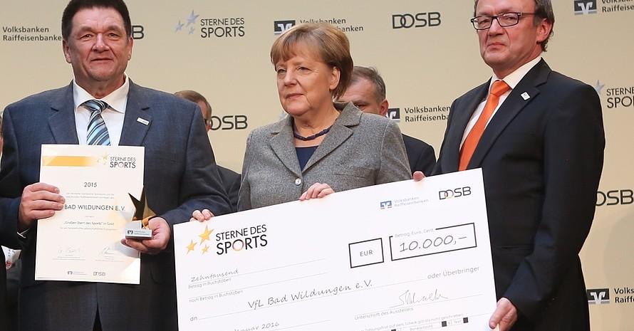 Angela Merkel 2015 bei den Sternen des Sports mit dem Siegerverein VfL Bad Wildungen. Foto: SdS/wirkhaus
