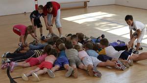 Ein Bild, das vielleicht bald Seltenheitswert hat: Kinder beim Turnen im Verein. Copyright: picture-alliance/ZB