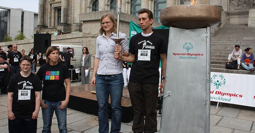 Natascha Keller und Jenny Wolf (2.v.re.) entzündeten gemeinsam mit Athletensprecher Jens Rikwald und Karina Krüger (ganz li.) die Flamme. Foto: Hansjürgen Wille
