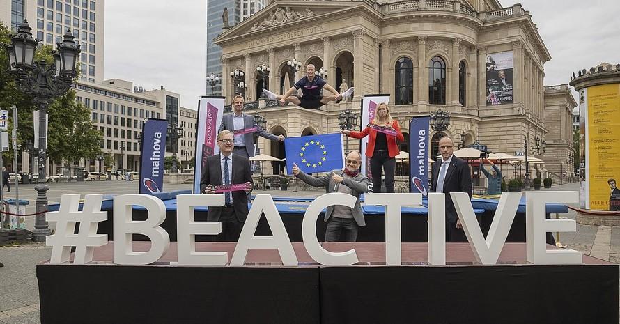"""#BeActive-Markenbotschafter Fabian Hambüchen läutete beim Foto-Shooting auf einem Trampolin vor der Alten Oper in Frankfurt den Countdown zur """"Europäischen Woche des Sports"""" ein, die vom 23.bis 30. September in der Mainmetropole stattfindet. Foto: picture-alliance"""