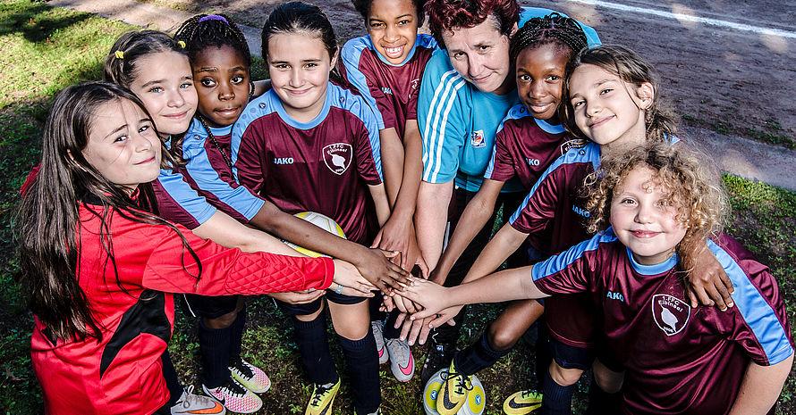 Cordula Radtke, Vereinsvorsitzende des 1. FFC Elbinsel Wilhelmsburg, im Kreis ihrer E-Junioren-Fußballerinnen