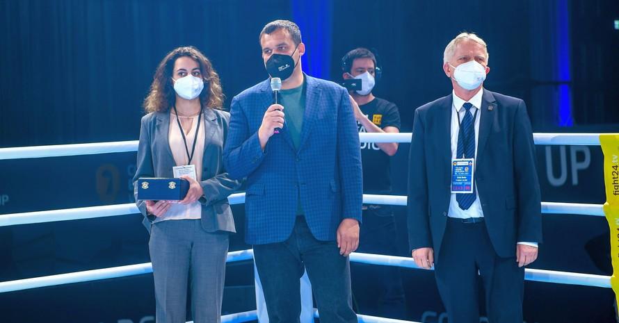 AIBA-Präsident Umar Kremlev (mitte) verkündet beim Cologne Boxing Worldcup im Beisein von DBV-Präsident Erich Dreke den geplanten Bau der AIBA Boxing Akademie in Deutschland. Foto DBV / Margit Kincses