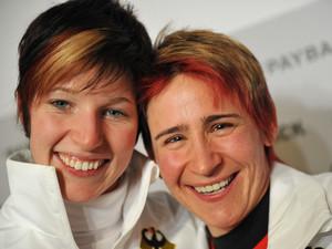 Anja Huber (l.) und Kerstin Szymkowiak gewinnen die ersten Medaillen für die deutschen Skeletonis. Copyright: picture-alliance