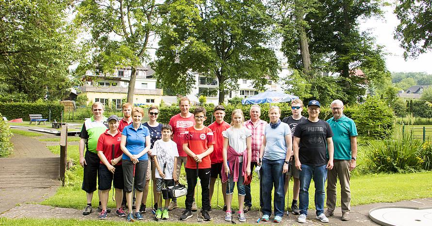 12 Finalteilnehmer/innen (im Foto mit den Offiziellen des DMV) des Family Events aus unterschiedlichen Altersgruppen im Juni 2018 im Minigolfpark in Künzell. Foto: Deutscher Minigolfsport Verband