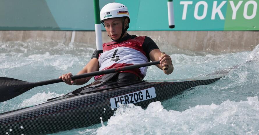 Andrea Herzog bei ihrem Bronze-Ritt im Wildwasser von Tokio; Foto: picture-alliance