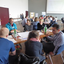 An mehreren Tischen diskuttieren die Teilnehmenden des Fachforums.