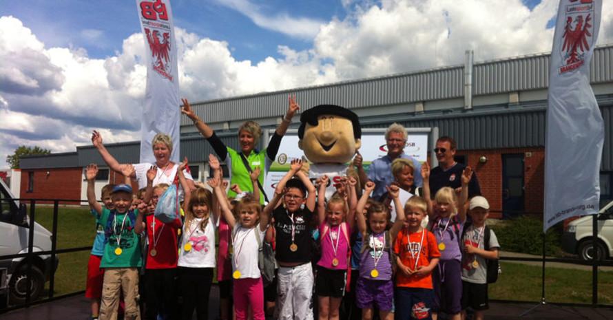 Kugelstoßolympiasiegerin Astrid Kumbernuss, die als Botschafterin für die BARMER GEK nach Fürstenwalde gekommen war, gratulierte den Kindern zum bestandenen Sportabzeichen. (Foto: Sebastian Jochum)