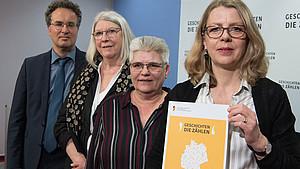 Peer Briken, Aufarbeitungskommission, Brigitte Tilmann, Aufarbeitungskommission, Hjördis E. Wirth, Betroffenenrat, und Sabine Andresen, Vorsitzende der Kommission (v.l.), stellen den Bilanzbericht zu sexuellem Kindesmissbrauch vor. Foto: picture-alliance