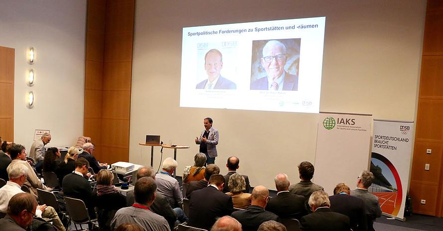 DOSB-Vizepräsident Andreas Silbersack begrüßt die Teilnerher*innen. Foto: DOSB
