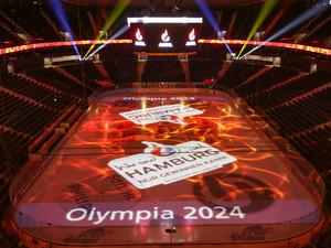 Die Eisfläche der O2 World in Hamburg in den olympischen Farben. Foto: picture-alliance