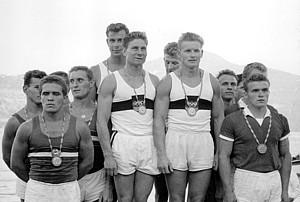 Günter Perleberg (hinten li.) gewann mit seinen Mannschaftskameraden Paul Lange, Friedhelm Wentzke und Dieter Krause  am 29.8.1960 bei den Olympischen Spielen  in Rom auf dem Albaner See die Goldmedaille in der 4 mal 500-m-Staffel der Rennkanuten vor Ungarn (li.) und Dänemark. Foto: picture-alliance