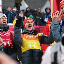 Gemeinsame Freude über Silber: Im letzten Sprung überholen (von links) Stephan Leyhe, Karl Geiger, Richard Freitag und Andreas Wellinger noch das Team aus Polen (Foto: Picture Alliance)
